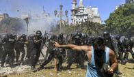 Palos, piedras, gases y balas de goma dejaron decentas de heridos entre policías y manifestantes. Foto: AFP