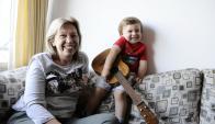 Raquel y Juanmartín con la guitarra de madera