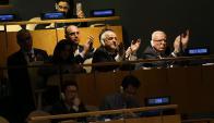 Delegados de Palestina en la ONU aplaudiendo la resolución. Foto: AFP