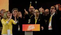 Dirigentes de JxCat, el partido de Puigdemont, celebran pese a que no fuimos los más votados. Foto: AFP