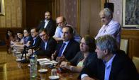 Rodeados de legisladores del FA, Ferreri y Vallcorba explicaron los cambios. Foto: M. Bonjour