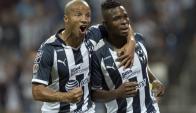 Carlos Sánchez festeja el gol de Monterrey con Avilés Hurtado. Foto: EFE