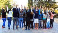 Revelador: 22 jóvenes afectados o infectados con VIH se sacaron una foto al final de un encuentro en Floresta. Foto: El Pais