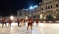 Vladimir Putin disputó un partido de hockey con estrellas rusas de ese deporte en la Plaza Roja. Foto: AFP.
