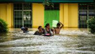 Habitantes de Mindanao intentan cruzar una calle. Foto: AFP