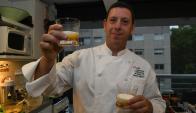 Capalvo con la tortilla presentada en un vaso de vidrio tras haber sido modificada molecularmente. Foto:A. Colmegna