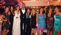 Diego Godín con Lucía y amigas de la novia