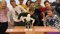 Robi visita una escuela a 100 km de Budapest, Hungría. Foto: AFP