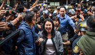Keiko Fujimori se muestra entusiasmada al salir de la Fiscalía. Foto: AFP