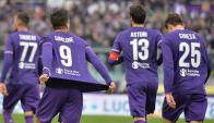 Giovani Simeone muestra la camiseta de Fiorentina en el gol al Milan. Foto: EFE