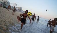 Habilidad: una chica controla la pelota, en Ipanema. Foto: Reuters
