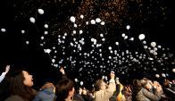 En Japón sueltan globos blancos al aire y llenan el cielo. Foto: Reuters