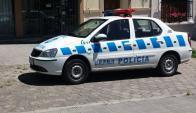Policía trabaja en el comercio asaltado. Foto: El País