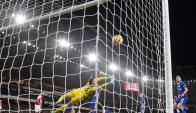 Thibaut Courtois se estira pero no llega a tapar el gol anotado al Chelsea. Foto: AFP