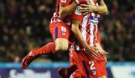 Diego Godín es abrazado por Saúl en el gol del Atlético de Madrid. Foto: EFE