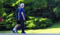 Mario Vargas Llosa camina por Punta del Este. Foto: Ricardo Figueredo