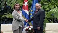Cooperación. Federica Mogherini y Raúl Castro sellan el acuerdo en la Habana. (Foto: AFP)