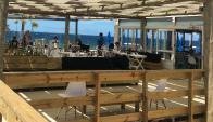 Comer en la playa: la mayoría de los paradores cuentan con decks de madera. Foto: R. Figueredo