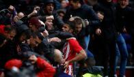 Diego Costa festeja con la hinchada del Atlético en su vuelta al estadio colchonero. Foto: AFP