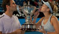 Roger Federer y Belinda Bencic con el trofeo de la Copa Hopman. Foto: AFP