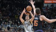Manu Ginóbili en el partido entre los San Antonio Spurs y Los Suns. Foto: AFP