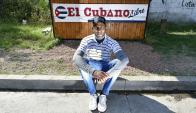 Unos cubanos abrieron su propio negocio en Santa Rosa y Yasmany Lao (30) es uno de los clientes más frecuentes del lugar. Foto: F. Ponzetto