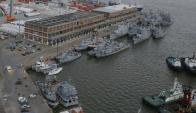 La actividad comercial del puerto de Montevideo reclama el espacio que hoy ocupa la flota naval. Foto: Ariel Colmegna
