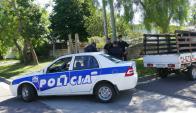 Policía de Maldonado en la esquina donde ocurrió la muerte del joven. Foto: Ricardo Figueredo.