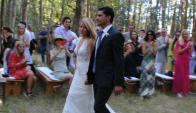 """Los recién casados se retiran luego de haber dado el """"sí, quiero""""  frente a un grupo reducido de amigos. Foto: Sofía Orellano"""