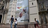 Un enorme cartel del Obispado da la bienvenida al Papa Francisco, en la ciudad de Lima. Foto: Reuters