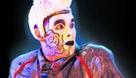 Fernando Laforia actuando con La Gran Muñeca.