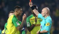 Diego Carlos ve la tarjeta roja de Tony Chapron. Foto: Reuters