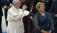 El papa Francisco junto a Michele Bachelet. Foto: AFP