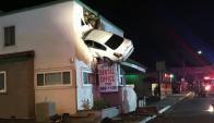 El auto quedó incrustado en el segundo piso. Foto: Autoridad de Bomberos del Condado de Orange