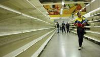 Supermercados: las góndolas vacías es el ejemplo de la escasez. Foto: Reuters