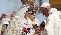"""Francisco entronizó la imagen de María como """"reina y madre"""" de Chile. Foto: Reuters"""