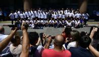 Despedida. Padres, madres, amigos y allegados no se quedaron sin foto de la delegación. Foto: Fernando Ponzetto