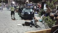 Los heridos quedaron tendidos en la arena y sobre la acera. Foto: Reuters