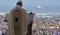 Francisco realiza la misa en la ciudad costera de Huanchaco. Foto: AFP