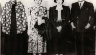 La foto que creó una leyenda: Gabriela, Alfonsina, Juana y Eduardo Víctor Haedo, sonrientes ante fotógrafos de América. Foto: El País