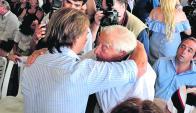 Lacalle Pou le dio un emotivo abrazo al histórico dirigente Carlos Julio Pereyra. Foto: R. Figueredo