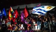 Una gran bandera uruguaya se destaca en el escenario del acto de grupos femeninos en apoyo a Lula. Foto: AFP