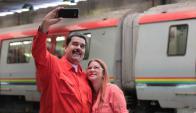 Maduro se saca una selfie con su esposa Cilia Flores. Foto: Reuters