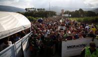 Aglomeración de miles de venezolanos en uno de los pasos fronterizos para salir hacia Colombia. Foto: Reuters