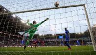 El golero se estira pero no llega. Raheem Sterling marca el gol para Manchester City. Foto: Reuters