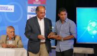 Cristian Palacios recibió el premio como goleador del Campeonato Uruguayo 2017. Foto: Ricardo Figueredo