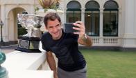 Posando. Roger Federer y una selfie para el recuerdo: la de su vigésimo Grand Slam. Foto: Reuters