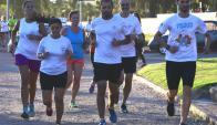 Juntos. Los corredores del grupo de los martes y jueves en la rambla. Foto: Marcelo Bonjour
