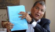Rafael Correa señala que la consulta está hecha para apartarlo de la política. Foto: Reuters