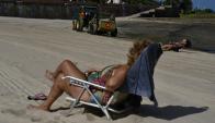 La Playa Ramírez fue de las más concurridas en la noche del viernes y exigió un mayor despliegue para la limpieza. Foto: F. Ponzetto